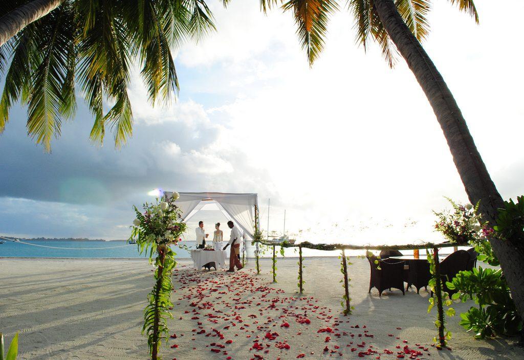 Couple sur la plage des Maldives