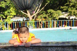 Enfant dans une piscine en colonie de vacances