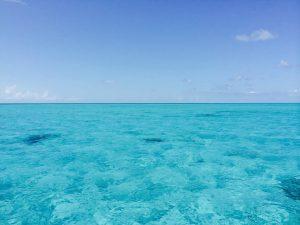 Ocean bleu lors des vacances aux Bahamas