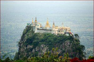 Le mont Popa et le monastère Taung Kalat en Birmanie