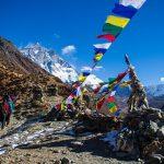 Randonnée pédestre sur la montagne d'Himalaya au Népal