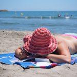 Une serviette de plage pour s'allonger