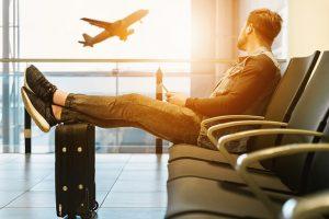 En attente de son voyage sur mesure à l'aéroport