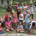 Une équipe de colonie de vacances pour enfant