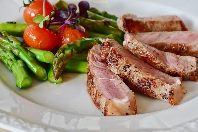 Des asperges du steak et de la viande de Veau