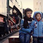 Deux enfants attendant leur train