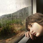 Un enfant qui s'ennui dans le train