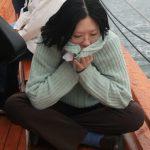 Une femme ayant le mal de mer