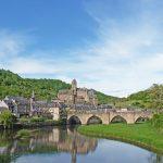 Une belle image de la ville d'Estaing