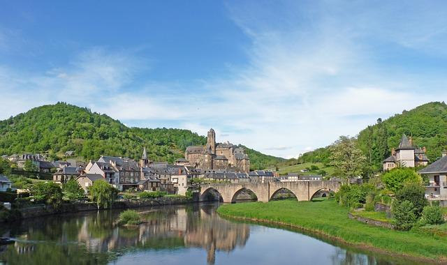 Une belle image de la ville d'Estaing à Aveyron
