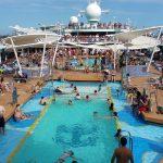 Une piscine de croisiere surpeuplee
